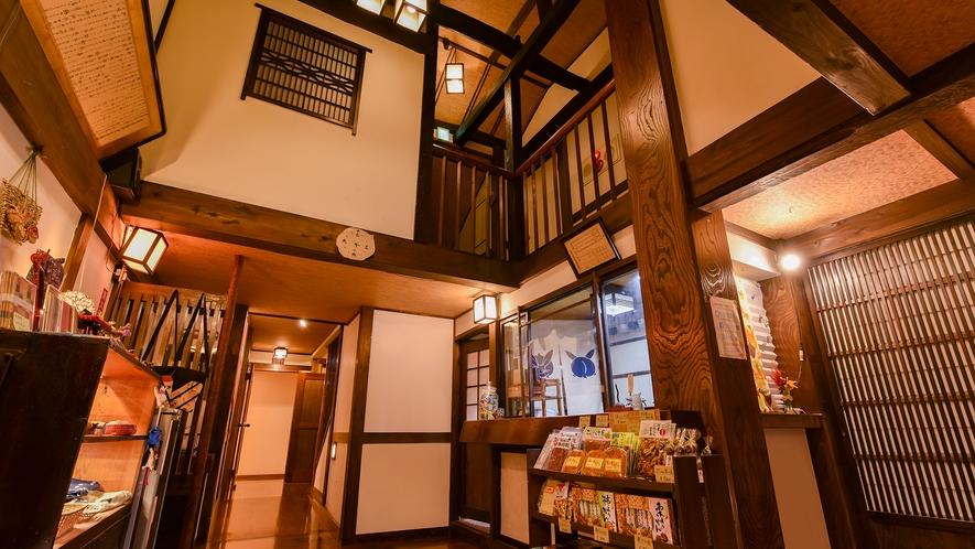 *ロビー(帳場前)/吹き抜けになっている開放的な空間。2階へは2か所の階段から