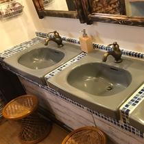 *温泉の入り口前の洗面台スペース