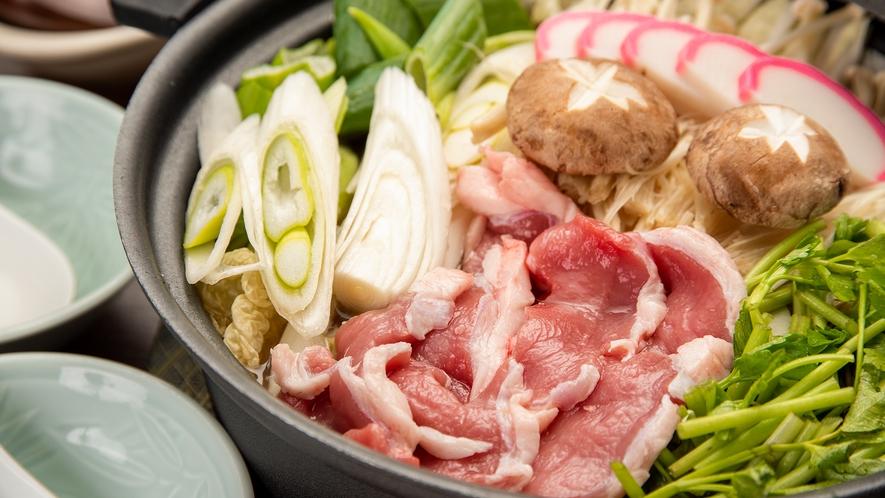 *夕食一例(ジビエ鍋)/会津地鶏・猪(ぼたん鍋)・鹿(もみじ鍋)など冬の名物です