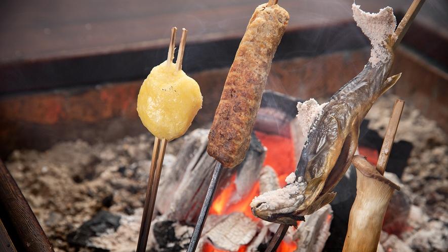 *夕食一例(炭火串焼き)/炭で焼いた岩魚はあつあつふっくら格別の美味しさ