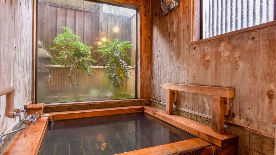 *温泉(女湯)/小ぶりな浴槽は、加水加温をせず新鮮そのものの温泉を楽しんでいただくため