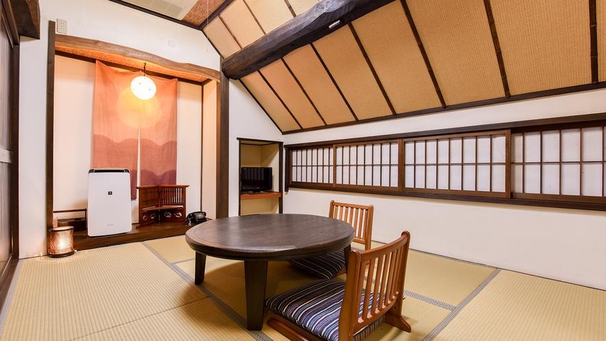 *和室6畳(まつ)【2階】/茅葺き屋根の傾斜が入り込んだ、隠し部屋風のほっと落ち着くお部屋