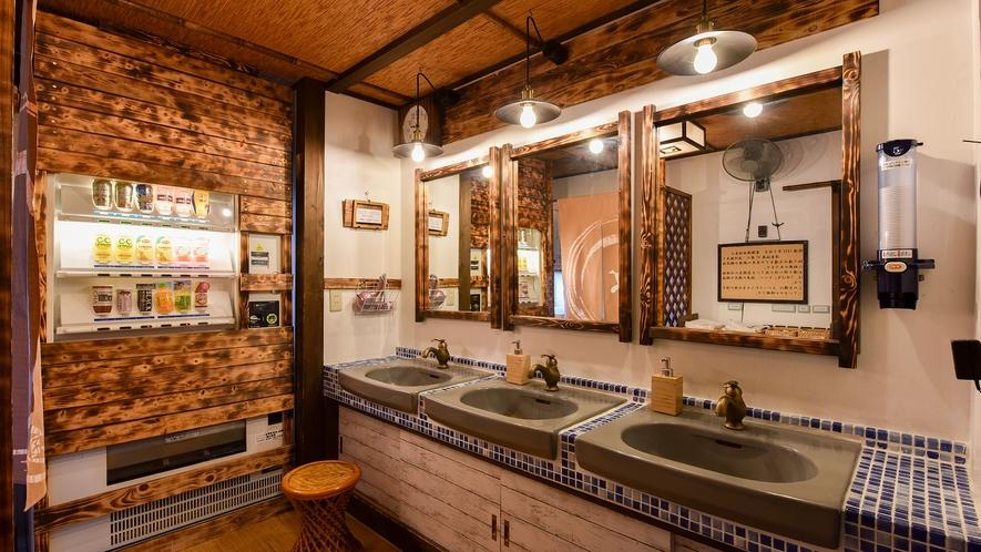 *館内(共同洗面所)/温泉の入り口の前のスペース。レトロな雰囲気にこだわりました