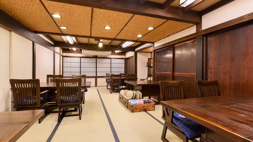 *お食事処(広間)/畳に椅子とテーブル。ごゆっくりお食事をお楽しみください