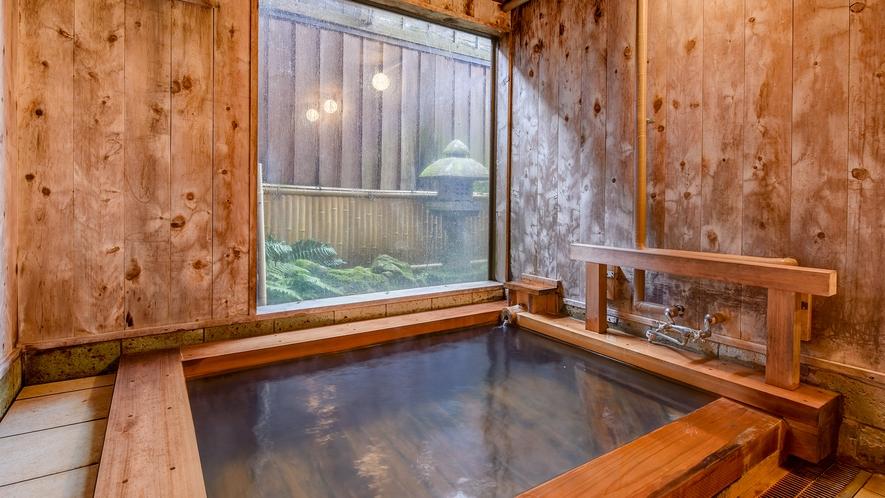 *温泉(男湯)/小ぶりな浴槽は、加水加温をせず新鮮そのものの温泉を楽しんでいただくため