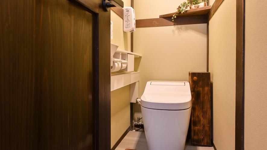 *館内(共同トイレ)/1階温泉横の共同トイレ。洗浄機能付きです