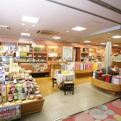 ■干物やお菓子、お茶などが揃った売店