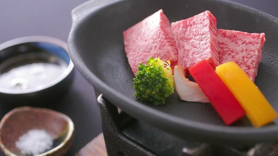 【別注(料理イメージ)】能登牛陶板焼き(サーロイン3枚)。1人前2,800円(税別)