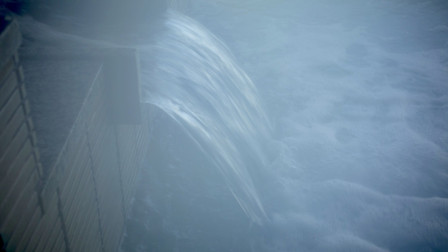 【和倉の湯】湯舟からあふれる新鮮な湯のぬくもり