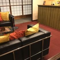 フロント前には一休みできるソファーがあります。