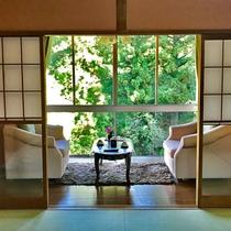 畳と木のぬくもり溢れる空間です。開放的な窓からは、郡上の山々の自然溢れる光景が広がります。