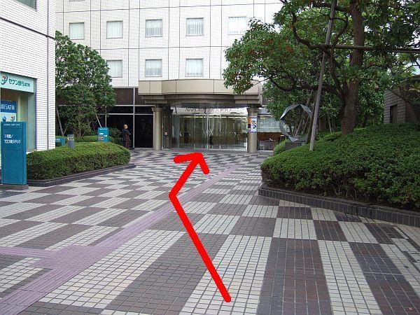 順路(8) 正面がホテル入り口です。ここまでで改札口からわずか150メートル