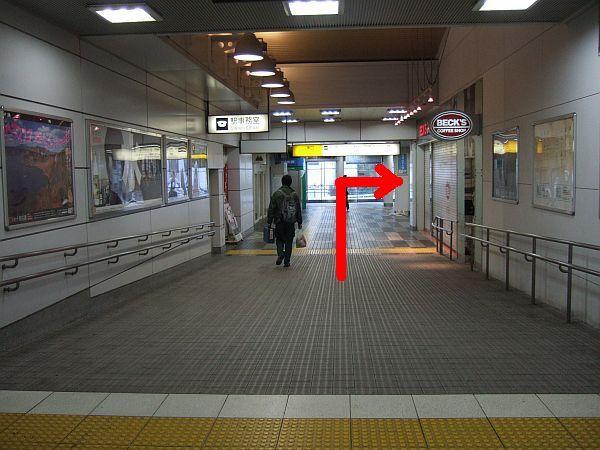 順路(3) なだからな下り坂。つきあたりを右手へ。奥にエレベーターがあります。