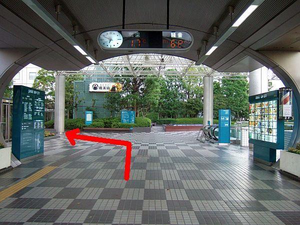 順路(6) 連絡通路出口です。左手へ