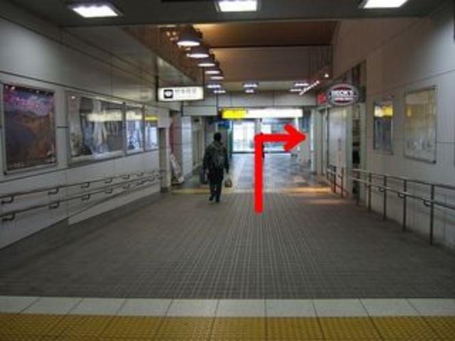 順路③ なだからな下り坂。つきあたりを右手へ。奥にエレベーターがあります。