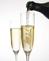 【800×1000】スパークリングワインで乾杯(イメージ)