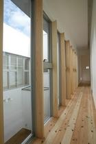 空の見える廊下