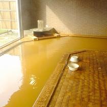 *【大浴場】金色のお湯が疲れた体に染み渡ります。