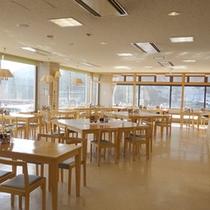 *【レストラン】大きな窓が開放的。朝夕はこちらでお食事をお楽しみ下さい。