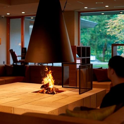 ロビー 札幌軟石でつくった囲炉裏 優しい炎がお出迎え
