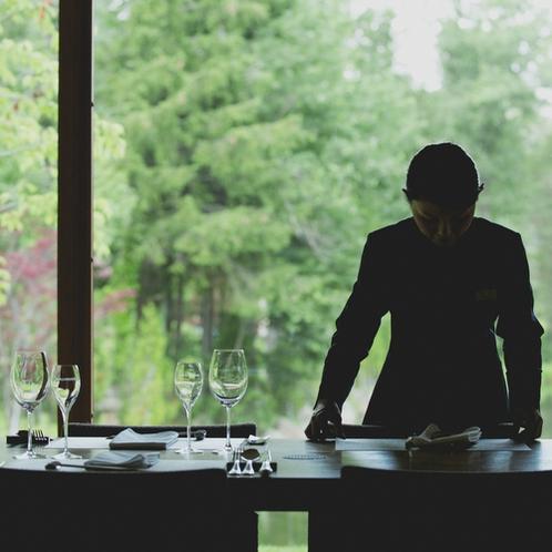 【レストラン】爽やかな朝。窓の景色を眺めながら優雅にご朝食を