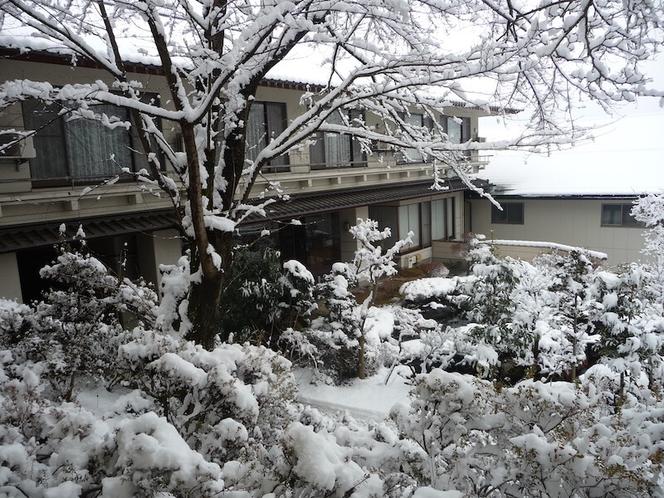 雪景色の古城荘[中庭]