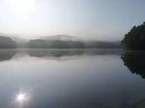 霧にかすむ聖湖