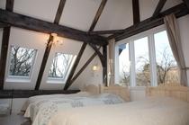 4号室:縦長天窓のある明るい4人部屋