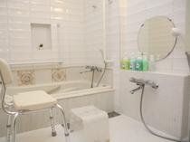 1号室 バスルーム内 浴室スペース 浴槽周りの壁に手摺有り 腰掛けイス(オプション)