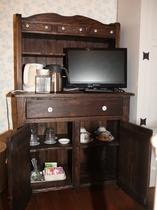1号室 カップボード兼テレビ台 ディーセット(電気ケトル有)冷水をご用意しています