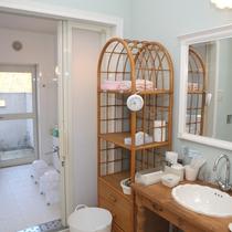 お部屋ごとの貸切お風呂(右:浴室入口、左:脱衣室の洗面)