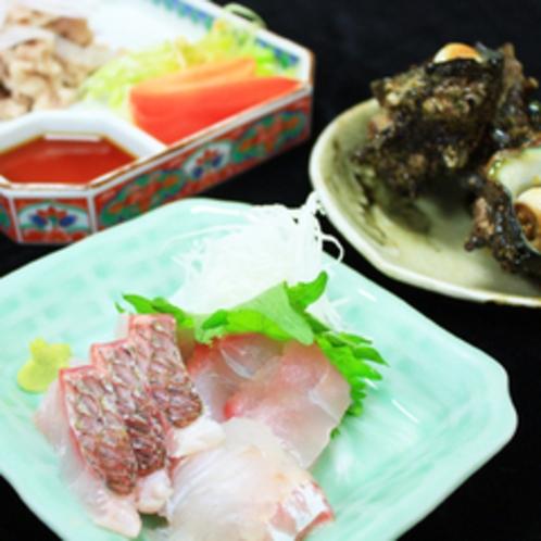 *【夕食一例】日によっては、ご主人自らが釣った新鮮な魚介類を食べられることもございます。