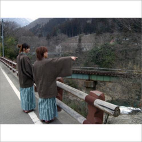 渓流の上に線路が見える風景
