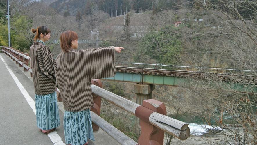 渓流の上に線路がある風景