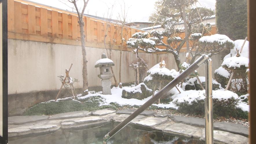 雪の景色をゆっくりと眺めて源泉掛け流しの温泉を満喫