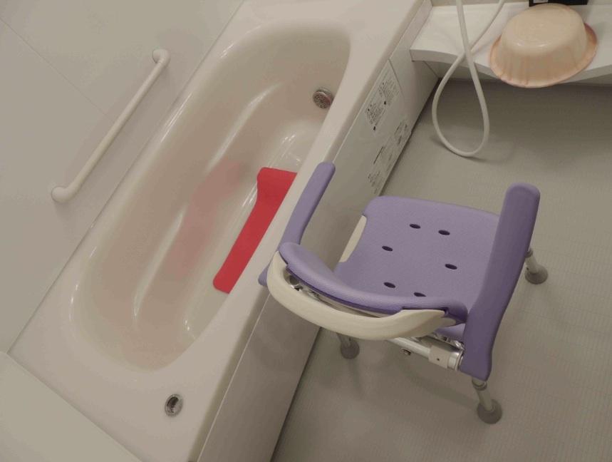 館内 Room1バスルーム用肘付き椅子