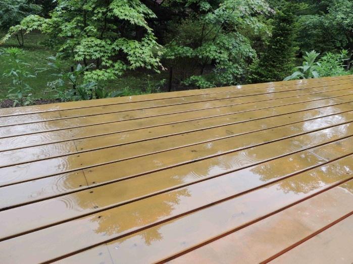 施設 テラス雨水に映る景色