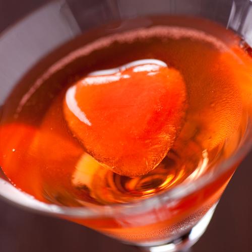 【食前酒】カクテルに浮かぶざくろの氷…心まで甘すっぱく