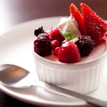 【苺ムースと地物4種のベリー】甘味を抑えたことで苺の美味しさが際立ったムースです