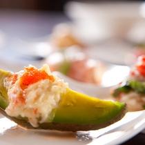 【前菜】ビタミン豊富なアボガドに海の幸を合わせたグラタン