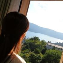 箱根芦ノ湖を臨む女性