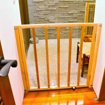 【お部屋備品】飛び出し防止ゲートを全部屋に設置しております。