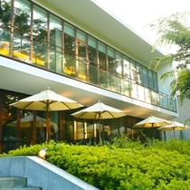 【カフェ・バー】暖かな日差しに包まれ、豊かな緑に囲まれるテラス