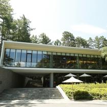 【外観】フロント、カフェバー、レストランを備えた、富士の豊かな緑に囲まれたメイン棟