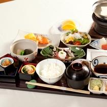 【朝食】和食膳。炊き立てのご飯で日本の朝をご堪能いただきます。季節、仕入れにより変更いたします。