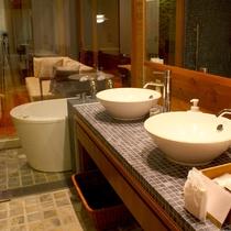 【デラックスルーム C(64平米/テラス付ドッグラン/定員2~3名/1階)】二人並べる洗面。