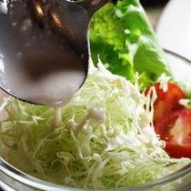 朝食一例。嬬恋産キャベツサラダに特製ドレッシングをかけたら止まらなくなっちゃうかも!