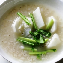 オーナーママの創作ディナー一例。ほっこりかぶスープ。