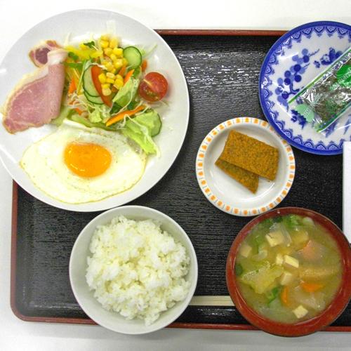 <朝食>温かいお味噌汁にご飯にお野菜たっぷりのサラダ。