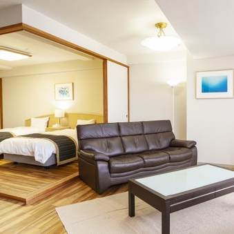 洋室(広々リビング、キッチン付)◆ツイン+ソファベッド2台◆